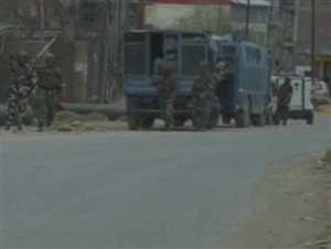 कश्मीर: बडगाम में आतंकियों से सुरक्षाबलों की मुठभेड़ जारी