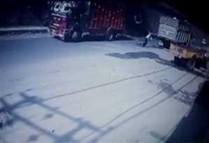 देखें फ्लाईओवर से कैसे गिरा ट्रक