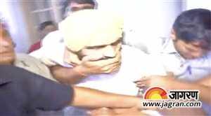 दिल्ली विधानसभा के बाहर हंगामा सत्येंद्र जैन पर फेंके पर्चे