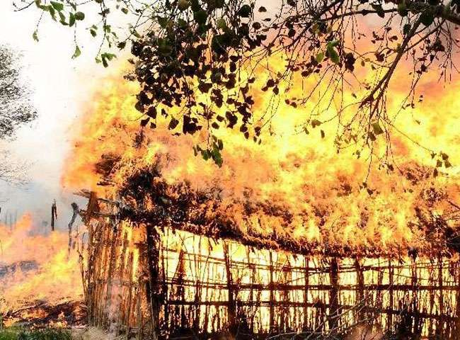 दबंगों को नहीं पसंद आया दलितों का आगे बढ़ना, बस्ती में लगा दी आग