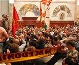 स्पीकर के लिए मतदान पर मेसेडोनिया की संसद में हिंसा, 102 घायल