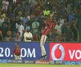 देखें जब क्रिकेट के मैदान पर बास्केटबॉल खेलने लगा ये खिलाड़ी, जानिए क्या हुआ ऐसा