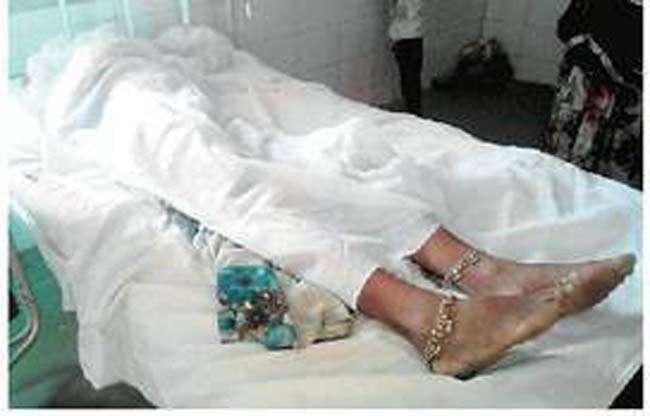 एक बैल बेच झुलसी पत्नी का कराया इलाज, 3 दिन अस्पताल में रही शव ले जाने में दूसरा भी बिका