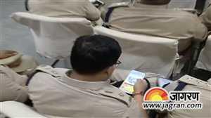 बिहार: सीएम की बैठक में कैंडी क्रश खेलते पुलिसकर्मी