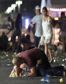 लास वेगास: कसीनो पर फायरिंग, 50 से ज्यादा मौत, देखें तस्वीरें