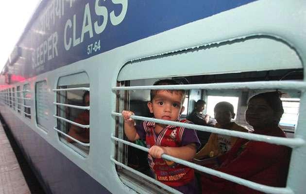 यात्री को महंगा पड़ा अवैध वसूली का विरोध, TTE ने चलती ट्रेन से नीचे फेंका