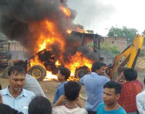 अवैध निर्माण हटाने गई पुलिस पर लोगों ने किया हमला, आगजनी व तोड़फोड़, देखें तस्वीरें...