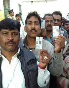 यूपी चुनाव: इलाहाबाद में मतदान केंद्रों पर लगी मतदाताओं की कतारें