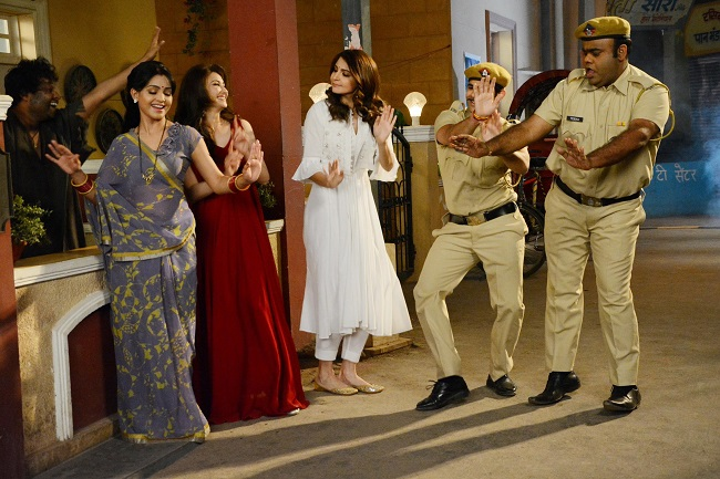Photos : अनुष्का शर्मा ने भाभीजी के साथ लगाए ठुमके, नहीं रोक पाईं हंसी