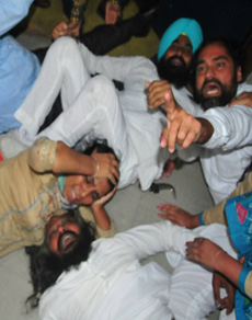 देखें तस्वीरें: पंजाब विस से आप विधायकों को बाहर निकाला, भारी हंगामा