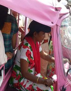देखे तस्वीरें: हरियाणा के यमुनानगर में सड़कों पर महिलाओं का गुलाबी आॅटो