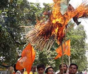 तस्वीरों में देखें-सेना के अपमान पर जला आजम खां का पुतला