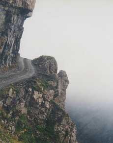 कोई मजबूत दिलवाला ही इन सड़कों पर कर सकता है ड्राइविंग, देखें तस्वीरें