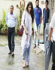 डांस क्लास से बाहर आते श्री देवी की स्टार डॉटर जाह्नवी कपूर की पहली तस्वीरें, यहां देखें