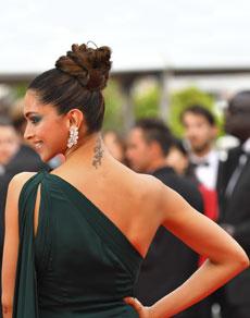 कांस में बॉलीवुड : दीपिका पादुकोण की हरी ड्रेस का रेड कारपेट पर जलवा
