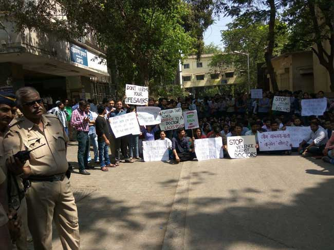 तस्वीरें : महाराष्ट्र के रेजिडेंट डॉक्टर्स सामूहिक अवकाश पर गए, मरीजों की मुसीबत