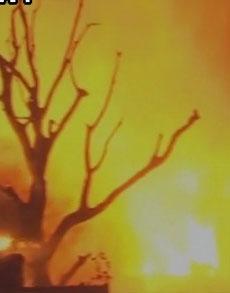 दिल्ली से सटे गाजियाबाद की फैक्टरी में लगी आग, देखें तस्वीरें