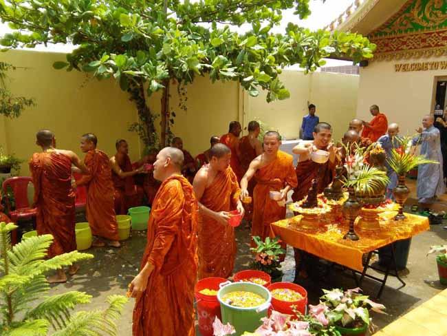 तस्वीरों में देखें-बौद्ध भिक्षुओं ने होली खेल मनाया नववर्ष का जश्न