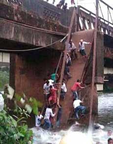 तस्वीरें : गोवा में बड़ा हादसा, पुल ढहने से दो की मौत, रेस्क्यू ऑपरेशन जारी
