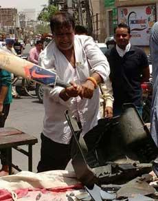 देखें तस्वीरें: भारत-पाक मैच के विरोध में फोड़ा टीवी