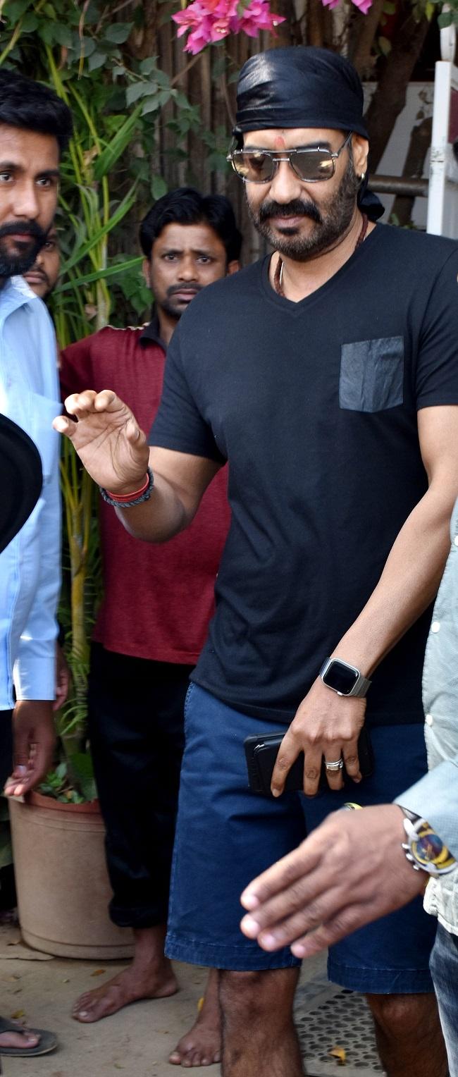 कूल अजय देवगन तो चार्मिंग लग रहीं हैं काजोल, देखें आउटिंग की तस्वीरें