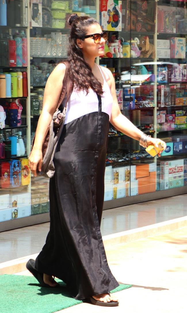 मुंबई की सड़कों पे जब अकेली घूमने निकलीं स्टाइलिश काजोल, देखें तस्वीरें