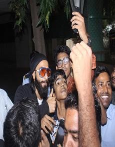 तस्वीरें: रणवीर सिंह ने अपने फैंस के साथ केक काटकर मनाया अपना बर्थडे