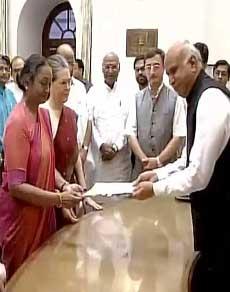 pics: राष्ट्रपति पद के लिए विपक्ष की उम्मीदवार मीरा कुमार ने नामांकन पत्र किया दाखिल
