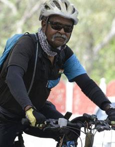 देखें तस्वीरें: हर शहीद के नाम दो किमी साइकिल चला रहे मे. जनरल सोमनाथ झा