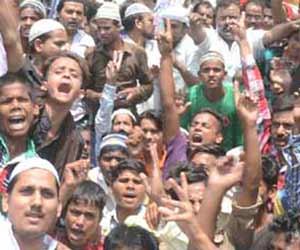 तस्वीरों में देखें-तिहरे हत्याकांड से आंदोलित सीतापुर,बाजार बंद