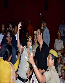 दिल्ली पुलिस की महिलाओं के लिए आयोजित नाम शबाना की स्क्रीनिंग में छाए अक्षय कुमार
