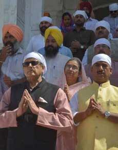 देखें तस्वीरें: संसदीय कमेटी ने श्री हरिमंदिर साहिब में टेका माथा