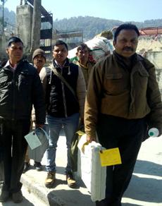 PICS: उत्तराखंड में मतदान के बाद लौटी पोलिंग पार्टियां