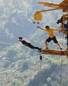 pics: दंगल की अभिनेत्री फातिमा शेख व सानिया मल्होत्रा ने हवा में लगाई छलांग