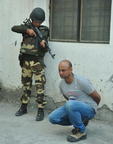मॉक ड्रिल: पुलिस ने घर में घुसे आतंकवादी को मार गिराया, देखें तस्वीरें