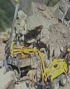 PICS: बदरीनाथ हाईवे पर पहाड़ी से गिर रहे पत्थर