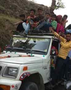 pics: यहां यात्री जान हथेली पर रखकर करते हैं सफर