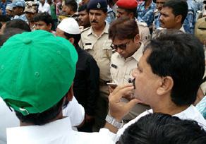 मुजफ्फरपुर में पुलिस से भिड़ी पब्लिक, मचा हंगामा, देखें तस्वीरें...