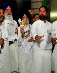 देखें तस्वीरें: पंजाब विधानसभा में हंगामा, कार्यवाही स्थगित