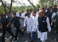 देखें तस्वीरें: काफिला रोका तो राहुल गांधी पैदल गए सहारनपुर की सीमा में