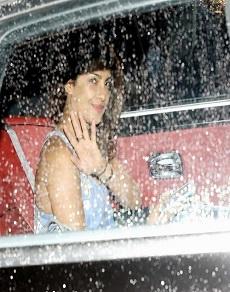 तस्वीरें: मुंबई में आया मानसून, बारिश में भीगते-भागते और इंजॉय करते नज़र आये ये स्टार्स
