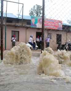 बारिश से दून की सड़कें बन रही तालाब, देखें तस्वीरें