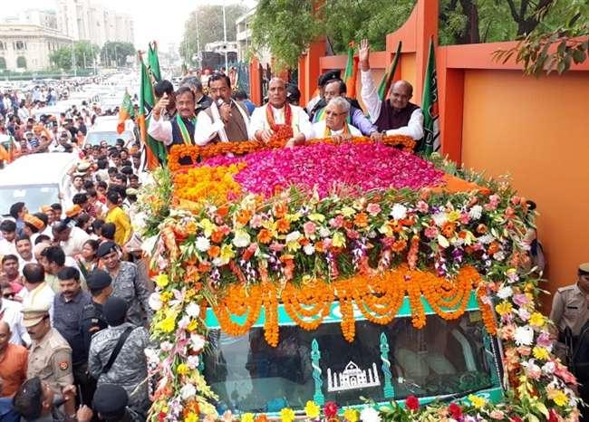 नामांकन से पहले गृह मंत्री राजनाथ सिंह के रोड शो में उमड़ी कार्यकर्ताओं की भीड़, देखें तस्वीरें