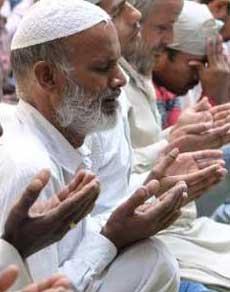 देखें तस्वीरें: रमजान के दूसरे जुमे पर उमड़े नमाजी