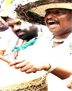 अर्जुन मुंडा ने नगाड़ा और सुबोधकांत ने बजाया मांदर, देखें तस्वीरें