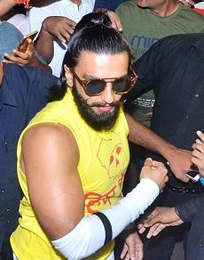 photos: yellow टी शर्ट, white पैंट और pink जूते में दिखे रणवीर सिंह, धमाकेदार है ये look