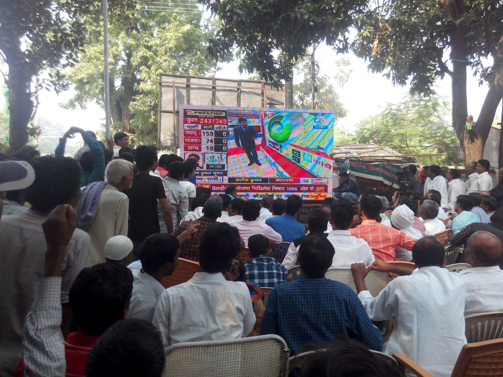 PICS : मिठाई, गुलाल और जीत का दावा, पटना में राजद समर्थकों का उत्साह