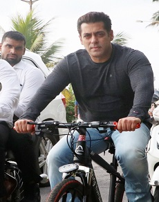 सलमान खान ने एक बार फिर की साइकिल की सवारी, देखे latest photos