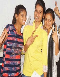 देखें तस्वीरें: हरियाणा बोर्ड की 12वीं की परीक्षा परिणाम में बेटियों ने फहराया परचम