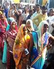 तस्वीरें : मतदान केंद्रों पर मेले सा नजारा, महिला-पुरुष सभी कर रहे हैं वोट